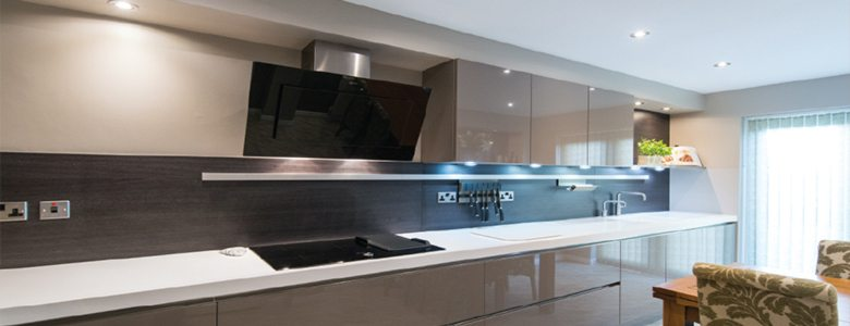 Using-wood-to-complement-a-high-gloss-kitchen-gloss