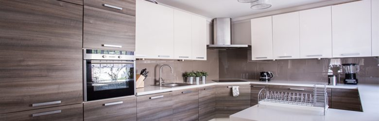 Using-wood-to-complement-a-high-gloss-kitchen